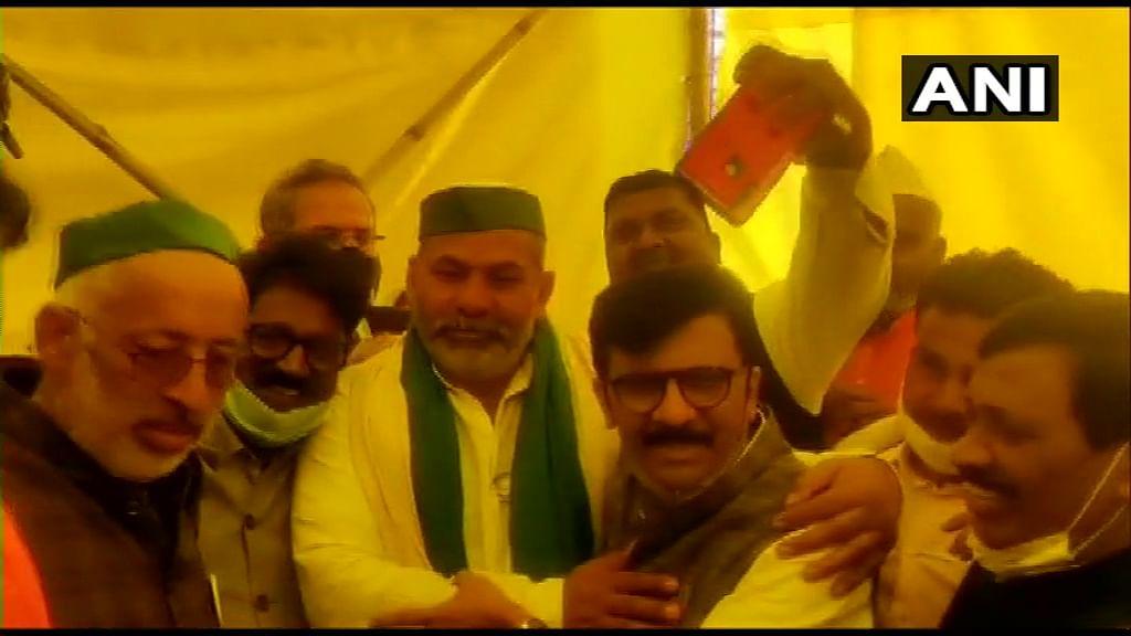 Farmers Protest : संजय राउत गाजीपुर बॉर्डर पहुंचे,राकेश टिकैत से की मुलाकात