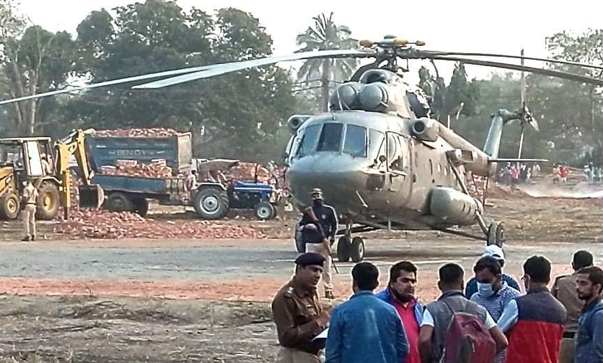 प्रधानमंत्री नरेंद्र मोदी के कोलकाता आगमन से पहले हेलीकॉप्टर से लिया सुरक्षा का जायजा