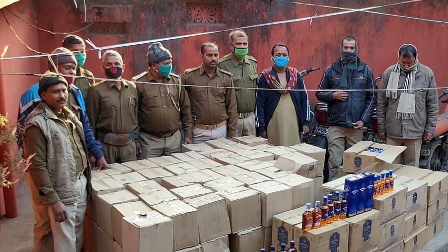 Jharkhand Breaking News : झारखंड के जमशेदपुर में झोपड़ी में चल रही थी विदेशी शराब की अवैध मिनी फैक्ट्री, 7 लाख की शराब जब्त, दो गिरफ्तार, ऐसे हुआ खुलासा