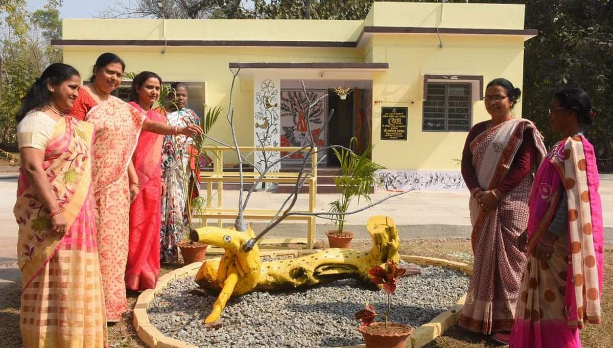 Jharkhand News : बोकारो में सूखे-बेजान पेड़ों से कला के जरिए ऐसे लौट रही है रौनक