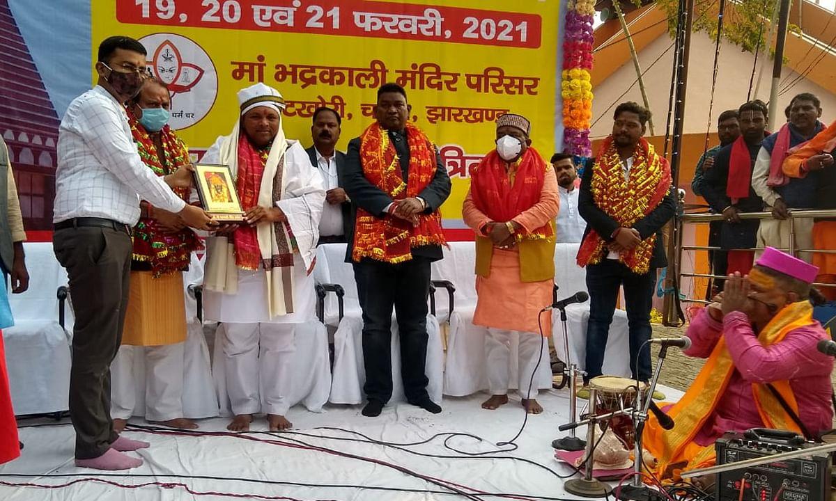 Jharkhand news : 3 दिवसीय इटखोरी महोत्सव की शुरुआत करते मंत्री बादल पत्रलेख, सत्यानंद भोक्ता व अन्य.