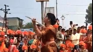 VIDEO: भारत की नारी सब पर भारी, महिला ने डंडे से किए ऐसे करतब जिसे देखकर आप भी रह जायेंगे हैरान