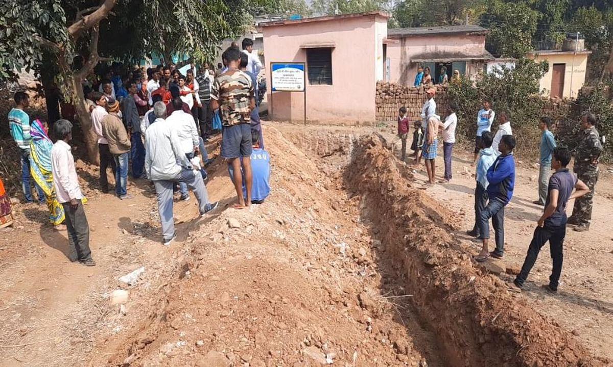 4 दिनों से कैद हैं गोला में उलादका गांव के ग्रामीण, जानिए क्या है कारण