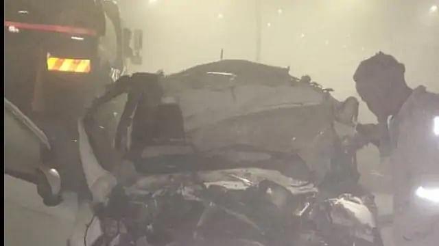 Uttar Pradesh News: आगरा-लखनऊ एक्सप्रेसवे पर ट्रक में घुसी कार, एक ही परिवार के छह लोगों की मौत