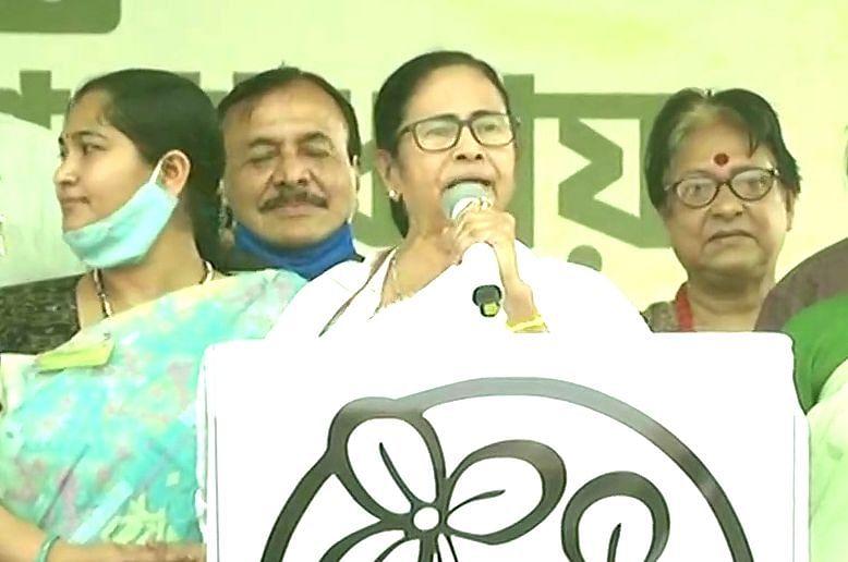 बाहरी भीतरी वाले बयान पर बैकफुट पर आयी CM ममता, कहा- PM मोदी-अमित शाह नहीं, इन्हें बताया था बाहरी