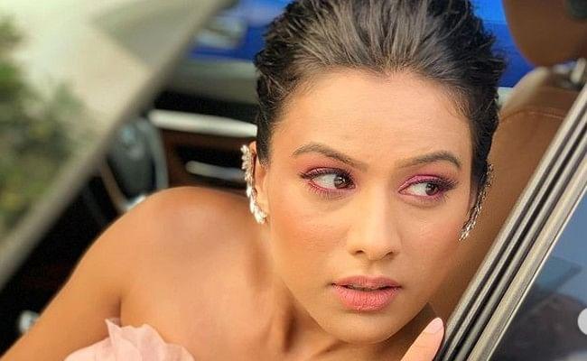 निया शर्मा ने सीढ़ियों में बैठकर कराया बोल्ड फोटोशूट, बॉडीकॉन ड्रेस में बेहद हॉट दिखीं 'नागिन' एक्ट्रेस, Viral Photo