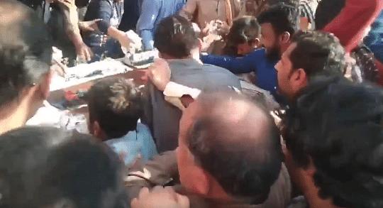 VIDEO: पाकिस्तान में जब केक खाने के लिए छिड़ी जंग, ऐसी मची लूट की मंत्री को भी पड़ा भागना