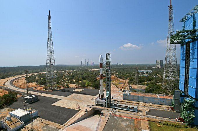 """PSLV-C51 Launch : """"भगवद गीता"""" के साथ 19 उपग्रह, शीर्ष पैनल पर पीएम मोदी की तस्वीर को लेकर अंतरिक्ष में उड़ा पीएसएलवी-सी51"""