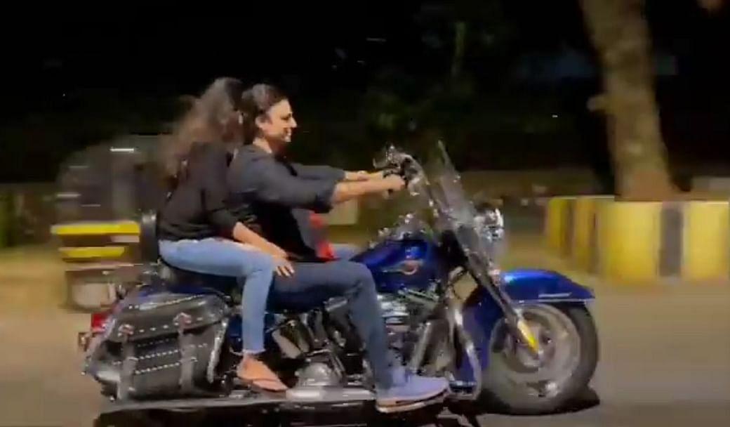 VIDEO : बिना हेलमेट के विवेक ओबराय को पत्नी संग घूमना पड़ा महंगा, देना पड़ा जुर्माना