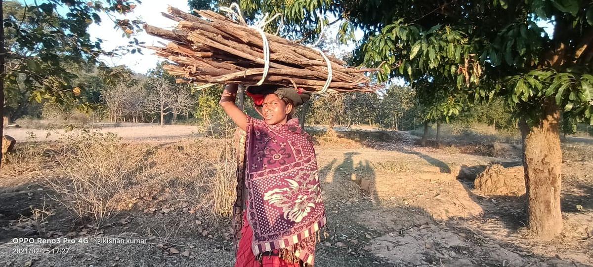 Jharkhand Naxal News : झारखंड के गुमला में जब भाकपा माओवादियों ने IED ब्लास्ट किया, तब जंगल में लकड़ी चुन रहे लोगों पर क्या बीता, पढ़िए ग्रामीणों की जुबानी