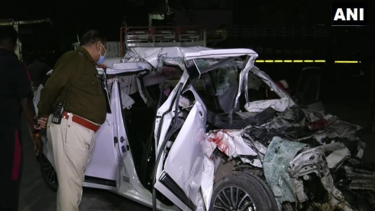 Indore road accident news  : बेकाबू कार तेल टैंकर से टकराई, कार के परखच्चे उड़े छह लोगों की मौके पर हुई मौत