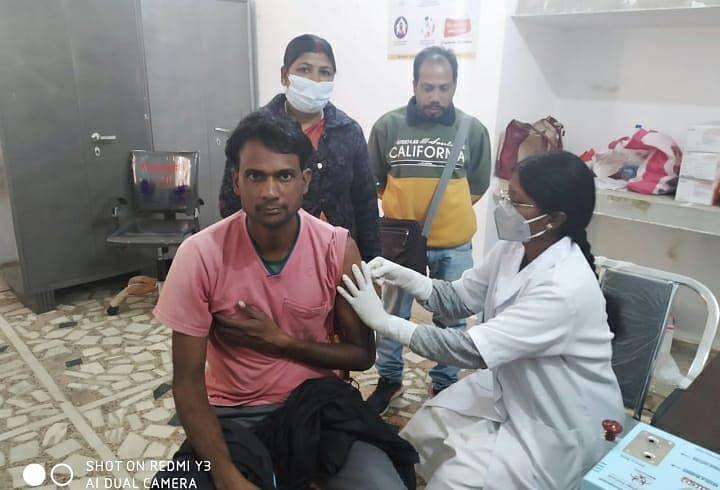 Corona Vaccine News : गुमला नगर परिषद के कर्मियों ने ली कोरोना वैक्सीन, सफाईकर्मी हुआ बेहोश, गाइडलाइंस की अनदेखी पर क्या बोले प्रभारी सीएस