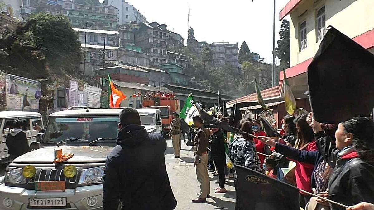 बंगाल चुनाव 2021: दार्जीलिंग में फिर काले झंडे से हुआ दिलीप घोष का स्वागत, भाजपा अध्यक्ष ने कही ये बात