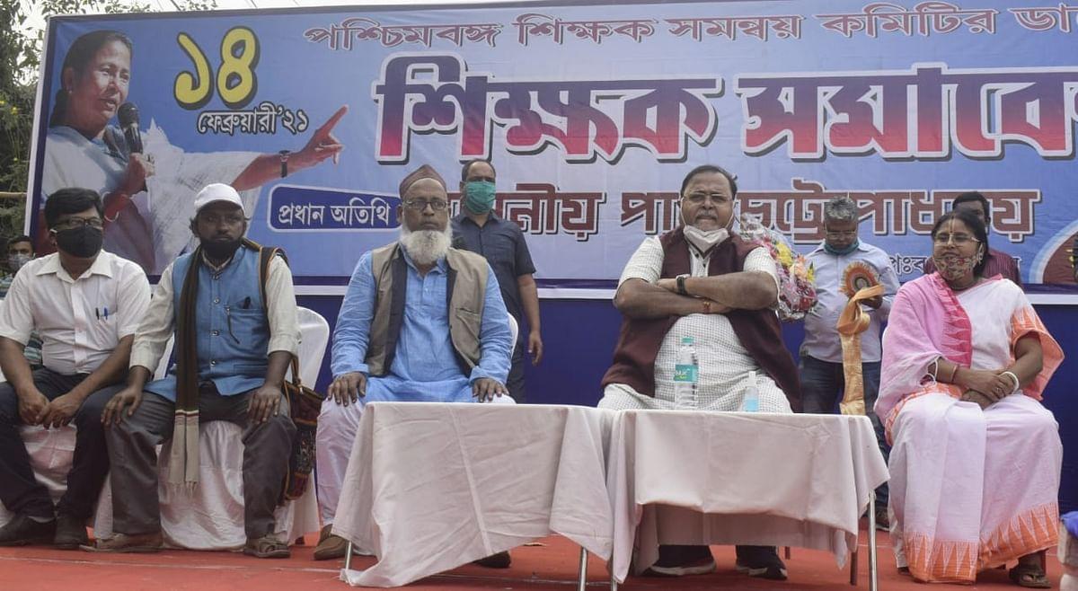 कोलकाता में शिक्षकों के सम्मेलन में शिक्षा मंत्री पार्थ चटर्जी व अन्य.