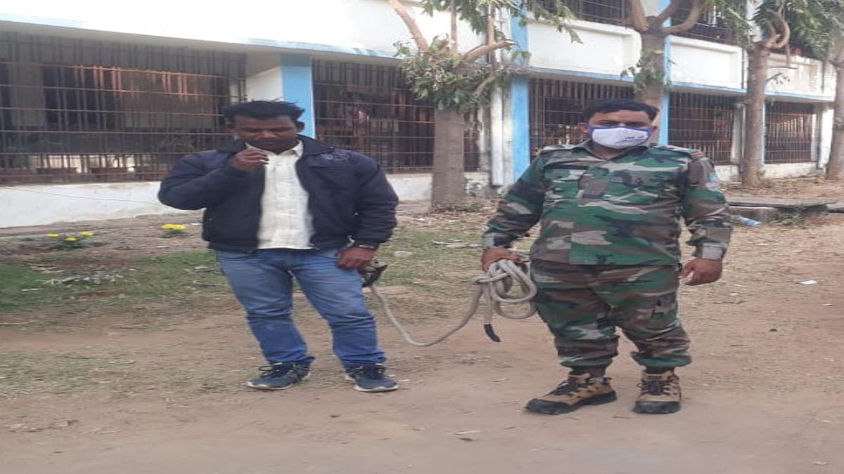 लव जिहाद का शिकार होने से बची दुमका की युवती, देवघर के आरोपी को पकड़ ग्रामीणों ने किया पुलिस के हवाले