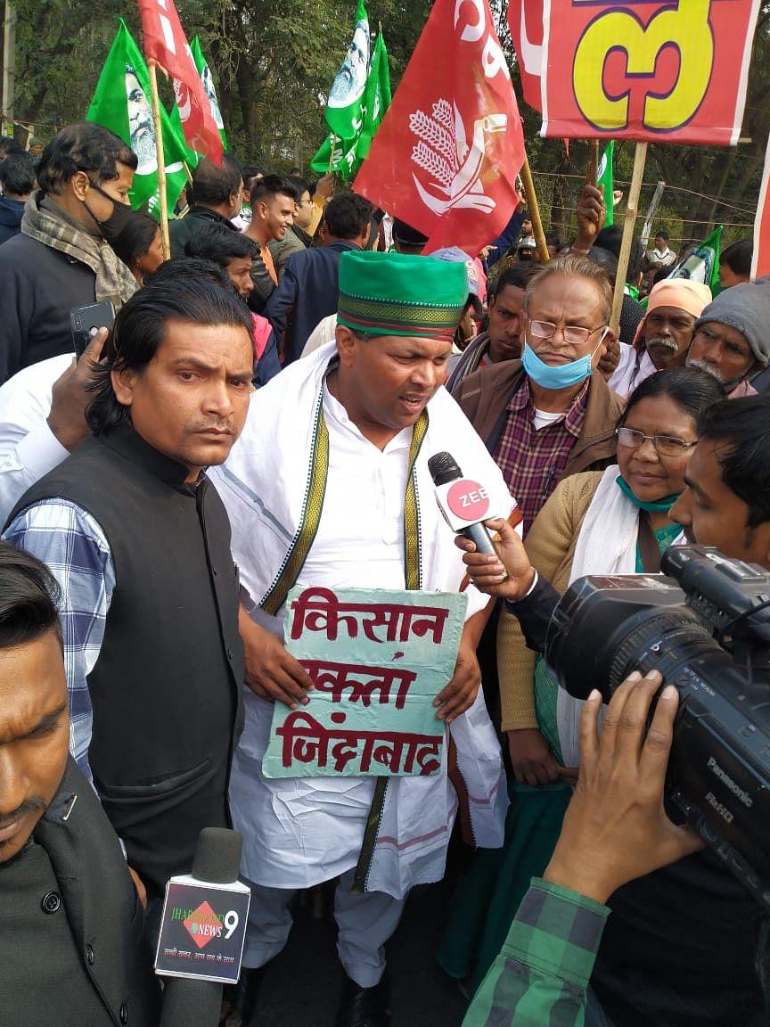Kisan Andolan Chakka Jam Updates : किसानों के समर्थन में झारखंड में किया चक्का जाम, सड़क पर उतरे कृषि मंत्री बादल पत्रलेख