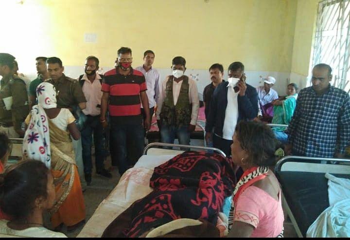 Jharkhand Naxal Breaking News : सीआरपीएफ जवान के बाद अब नक्सलियों के IED बम ब्लास्ट का निशाना बना चरवाहा, घायल युवक से अस्पताल में मिले गुमला एसपी, नक्सलियों के खात्मे के लिए की ये अपील