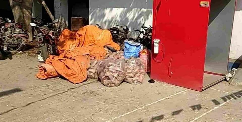 बीरभूम की पुलिस ने आईईडी विस्फोटकों का जखीरा बरामद हुआ.