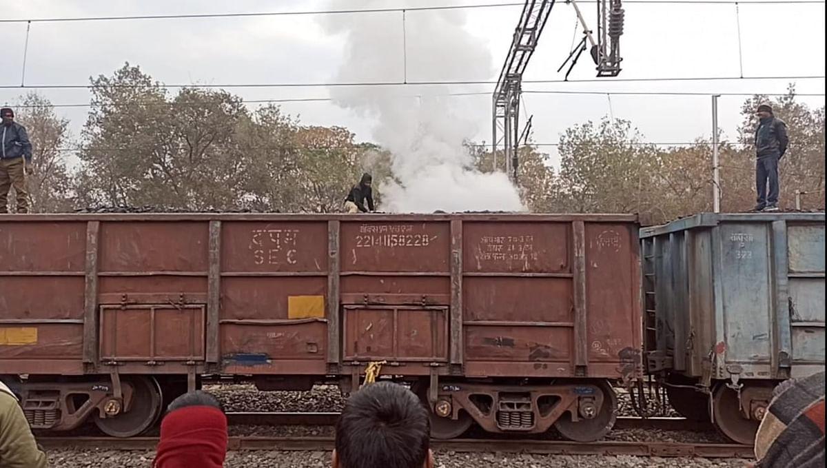 Indian Railways Breaking News : झारखंड के पलामू में कोयला लदी मालगाड़ी में लगी आग, रेलकर्मियों की तत्परता से टला हादसा
