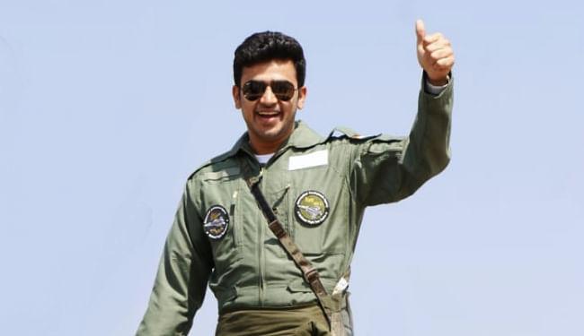 पायलट यूनिफॉर्म पहन तेजस्वी ने की तेजस की सवारी, कहा- न्यू इंडिया का प्रतिनिधित्व करता है यह हल्का लड़ाकू विमान