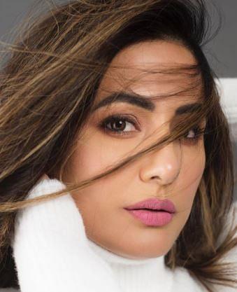 हिना खान का व्हाइट ड्रेस में बोल्ड अंदाज, देखिए नागिन एक्ट्रेस की हॉट फोटोज