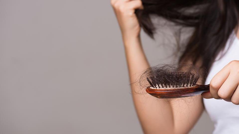 Long Covid Symptoms: Corona के पांच प्रमुख लक्षणों में बाल झड़ना भी, एक्सपर्ट ने कहा लंबे समय तक रहे कोविड मरीज तो दिखेगा ये लक्षण