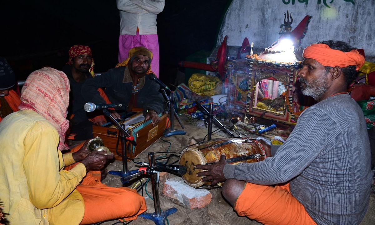 Jharkhand news : बाबाधाम आये तिलकहरुए रात भर भजन- कीर्तन कर माहौल को बना रहे हैं भक्तिमय.