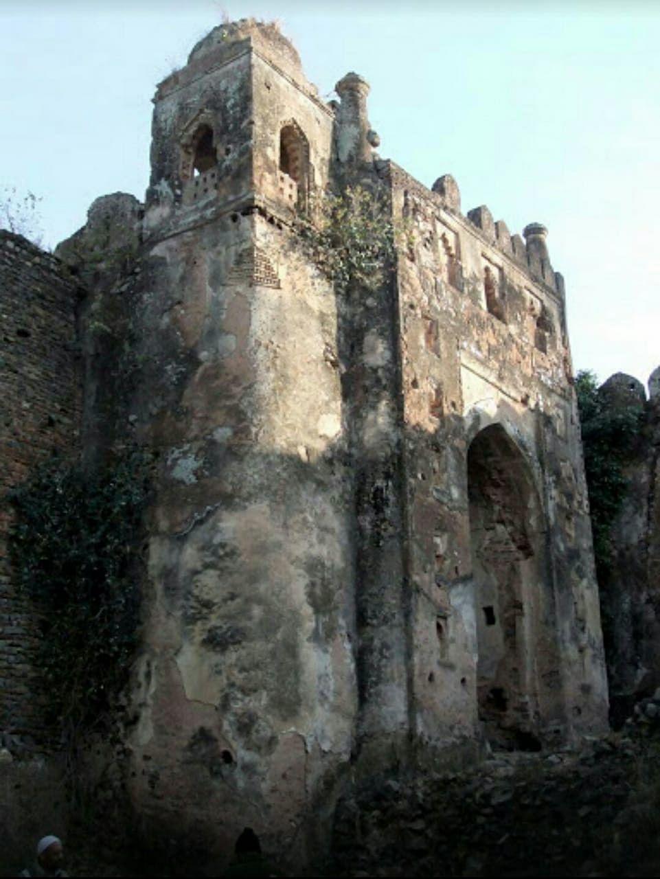 खंडहर में तब्दील होती जा रही पलामू किले की तस्वीर