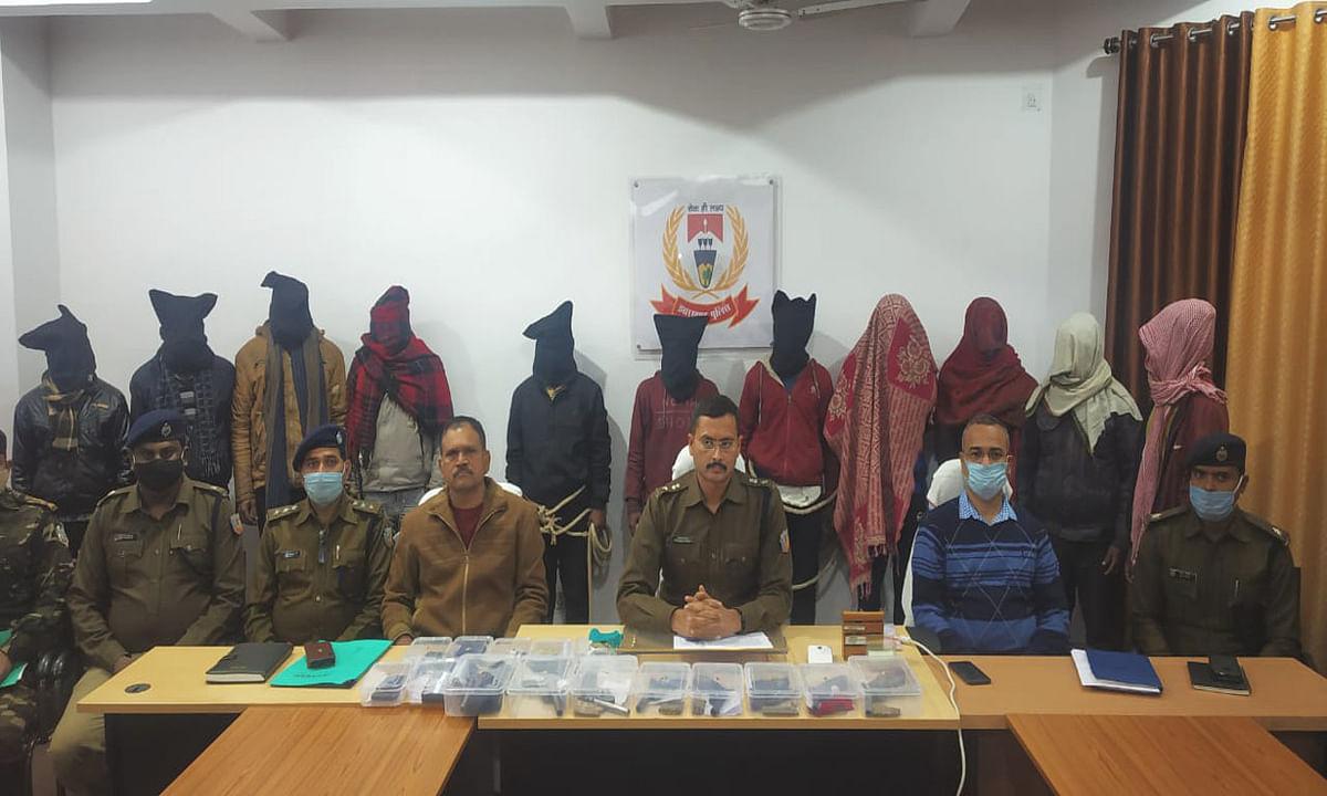 Jharkhand Crime News : लातेहार की पुलिस ने क्रिमिनल सुजीत सिन्हा और अमन साव गिरोह की तोड़ी कमर, 11 आरोपियों को किया गिरफ्तार