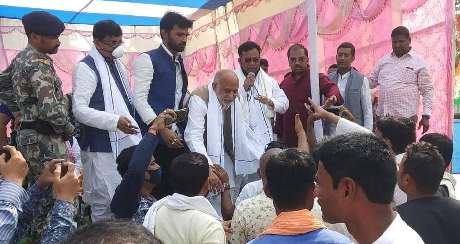 कांग्रेस विधायक पर तंज से भड़के कार्यकर्ता, जिलाध्यक्ष को पीटने मंच पर चढ़े, देखते रह गए प्रदेश अध्यक्ष मदन मोहन झा