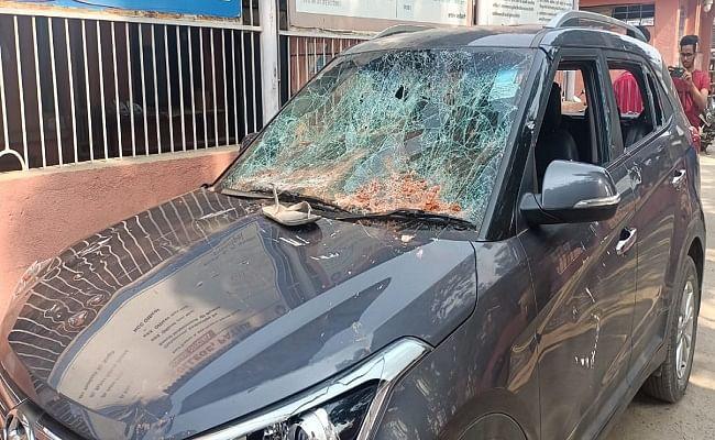 Bihar Board Exam 2021: मैट्रिक पेपर लीक होने पर छात्रों का फूटा गुस्सा, ईंट-पत्थरों से गाड़ियों के शीशे तोड़े, पुलिस बल तैनात