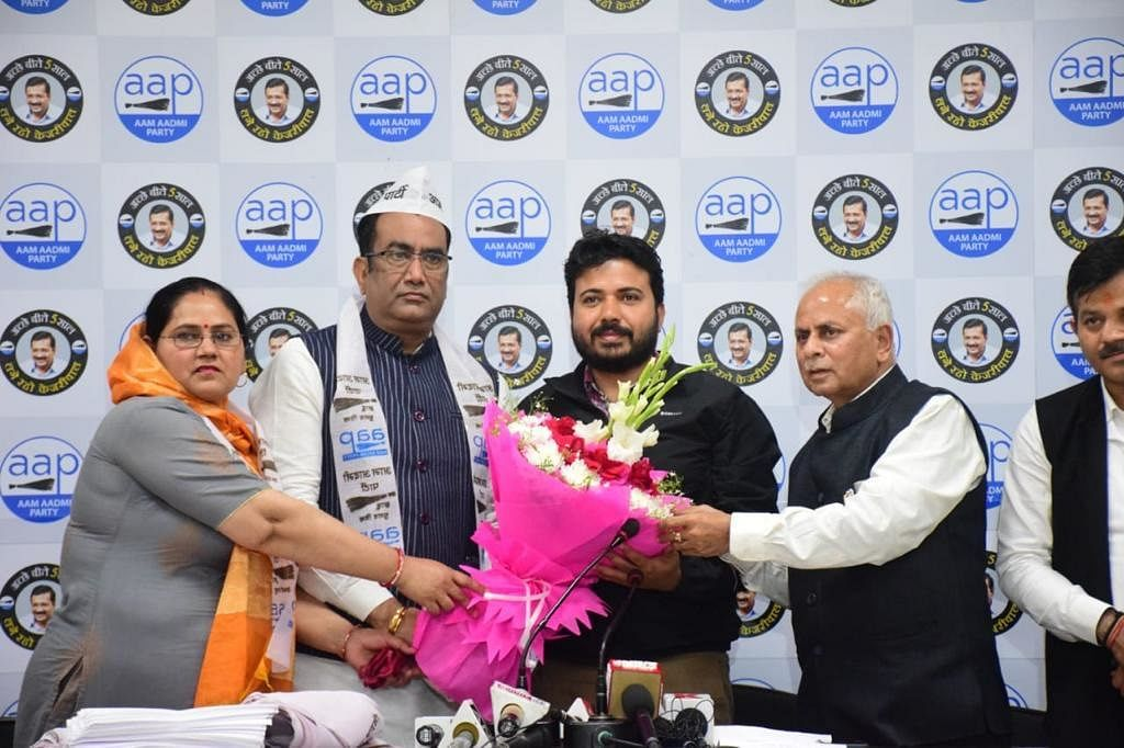आप में शामिल हुए भाजपा के बड़े नेता, वरिष्ठ नेता दुर्गेश पाठक और विधायक बग्गा ने सभी लोगों को टोपी और पटका पहना कर किया स्वागत