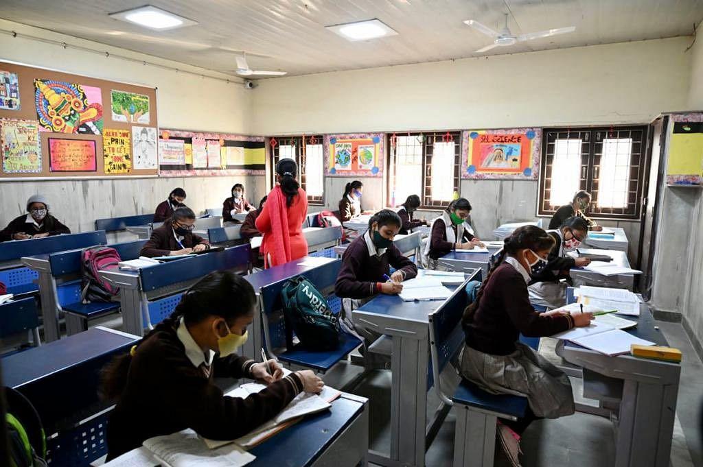 School Reopen : चेहरे पर मास्क और हाथ में सेनेटाइजर, कुछ ऐसे पहले दिन स्कूल पहुंचे छात्र
