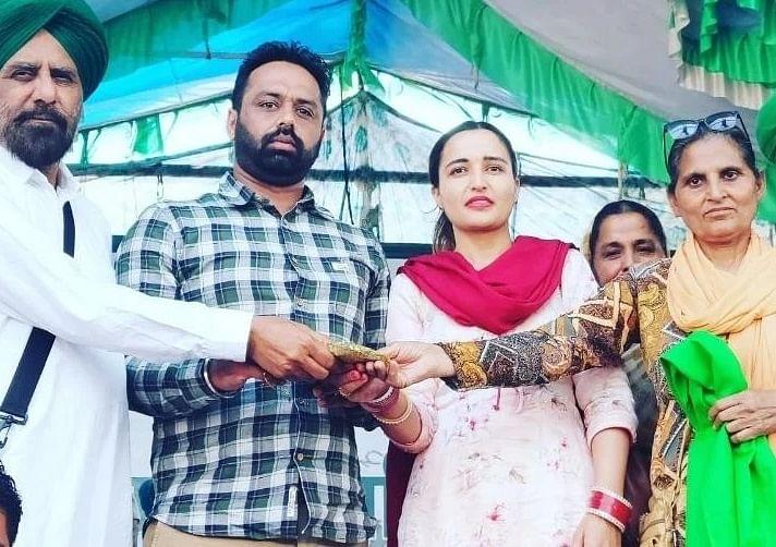 किसान आंदोलन: किसानों के सुख में ही हमारा भी सुख...नवविवाहित जोड़े ने सहयोग स्वरूप भेंट की शादी में मिली रकम