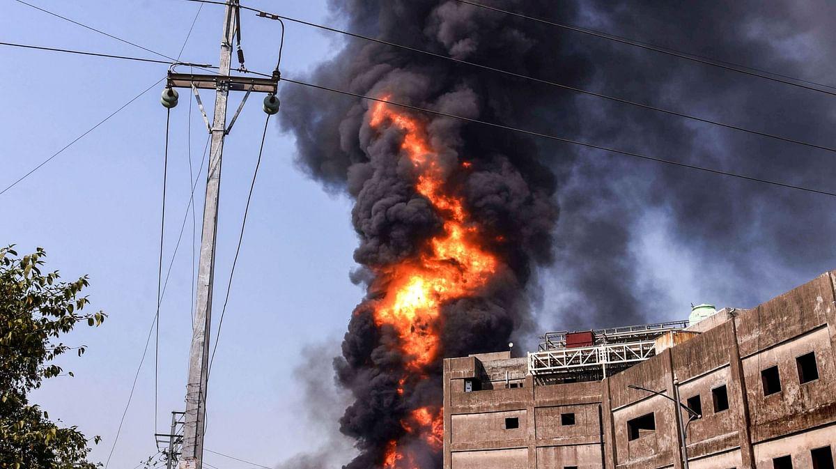 धमाकों की गूंज से दहला मुंबई का वर्सोवा इलाका, डर से सहमे लोग, सिलेंडर गोदाम में लगी आग