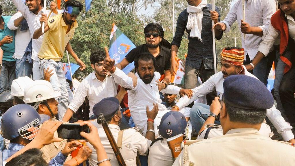 Bihar News: रोजगार के सवाल पर बिहार विधानसभा का घेराव करने जा रहे NSUI कार्यकर्ताओं को पुलिस ने दौड़ा-दौड़ा कर पीटा