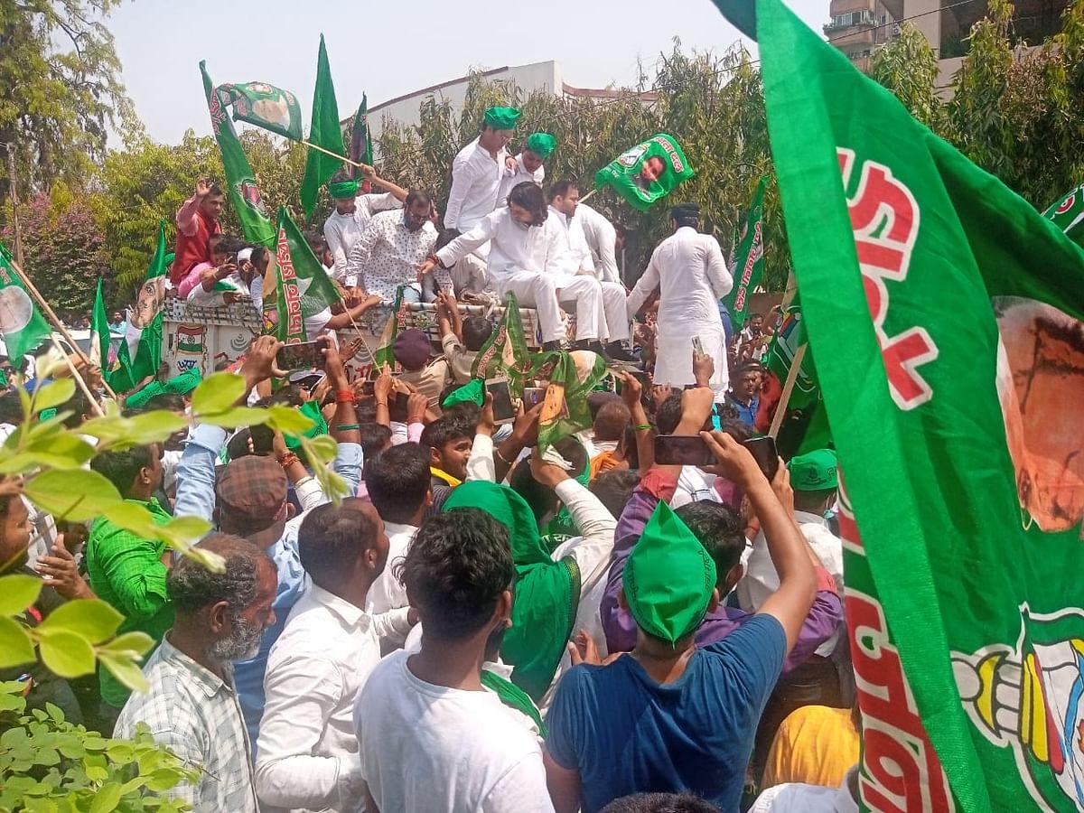 RJD Vidhansabha March: विधानसभा मार्च में बवाल के बाद तेजस्वी-तेजप्रताप हिरासत में, RJD कार्यकर्ताओं ने खूब चलाए ईंट-पत्थर