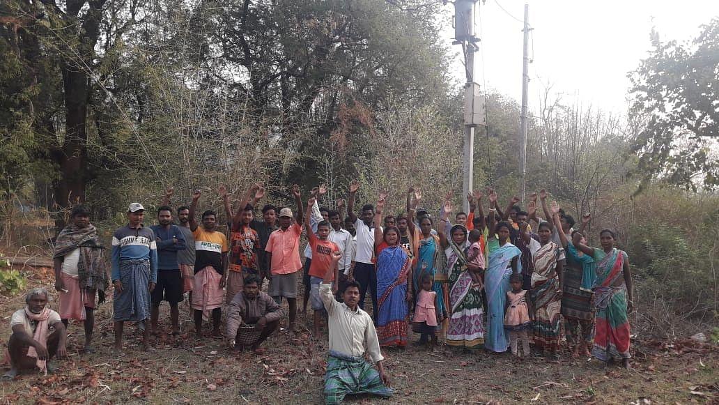 झारखंड के खरसावां में इस गांव के लोग अंधेरे में रहने को हैं मजबूर, ग्रामीणों ने बैठक कर बनायी ये रणनीति