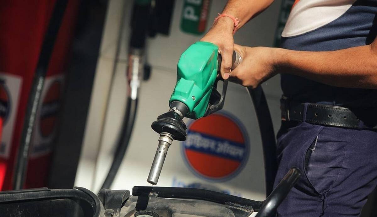 Petrol Price : उपभोक्ताओं को बड़ी राहत, देश में अब धीरे-धीरे घटने लगे हैं पेट्रोल-डीजल के दाम, जानिए नई कीमत