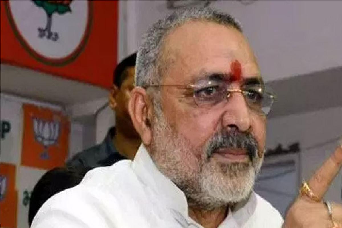 केंद्रीय मंत्री गिरिराज सिंह का विवादित बयान, अधिकारी बात नहीं सुनते तो उन्हें पीट दीजिए