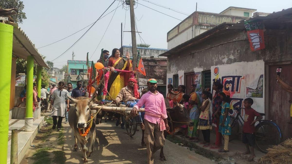 बैलगाड़ी से चुनाव प्रचार करतीं बीजेपी कैंडिडेट लॉकेट चटर्जी