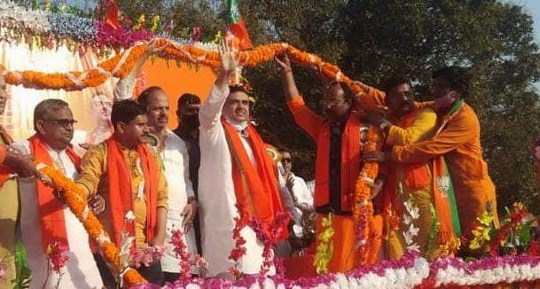 शुभेंदु की रैली में 'ड्रामा', मंच पर ही तृणमूल छोड़ने वाले के पूर्व नेता ने कान पकड़कर की उठक-बैठक