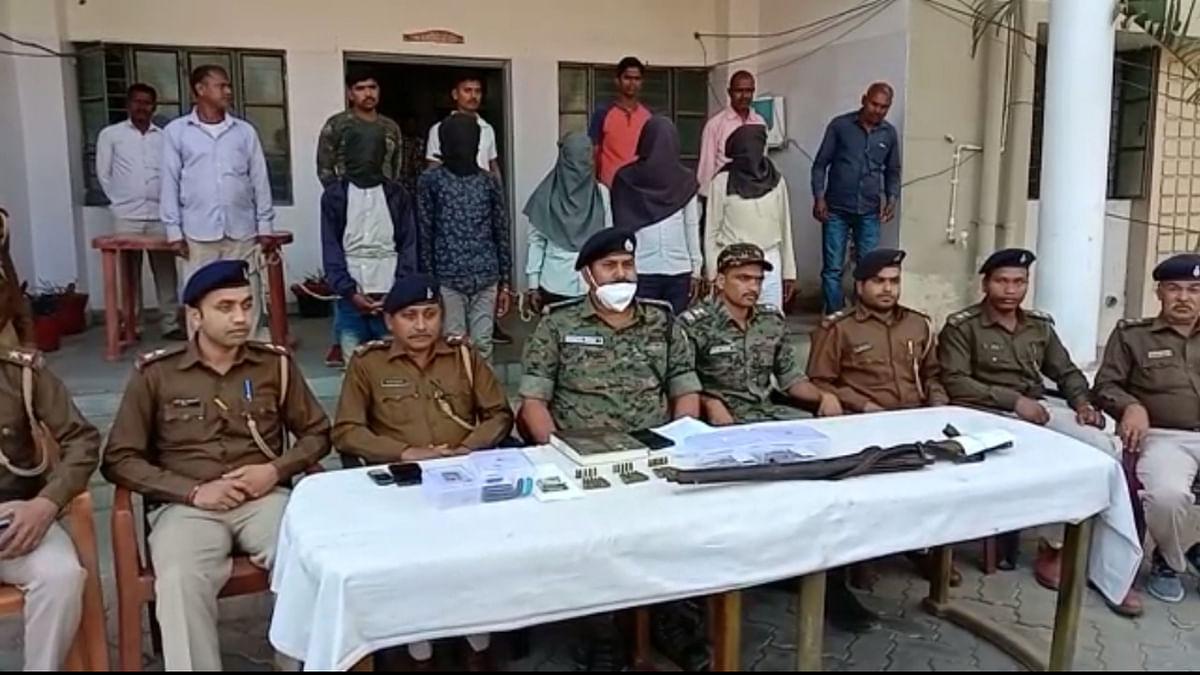 Jharkhand Crime News : चतरा के हंटरगंज में पुलिस से लूटी रायफल बरामद, 5 नक्सली गिरफ्तार