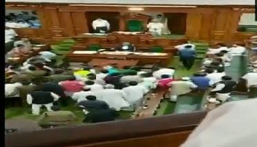बिहार विधानसभा में सत्ता पक्ष और विपक्ष के नेताओं के बीच धक्कामुक्की, वेल में आकर पलट दी कुर्सी, देखें वीडियो