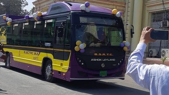 बिहार को हाईटेक इलेक्ट्रिक बसों की सौगात, CM नीतीश ने दिखायी हरी झंडी, सवार होकर विधानसभा पहुंचे