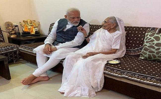 PM मोदी की मां हीरा बेन ने कोरोना वैक्सीन की पहली डोज लगवाई, प्रधानमंत्री ने ट्वीट कर दी जानकारी, कहा- आप भी जरूर लगवाएं