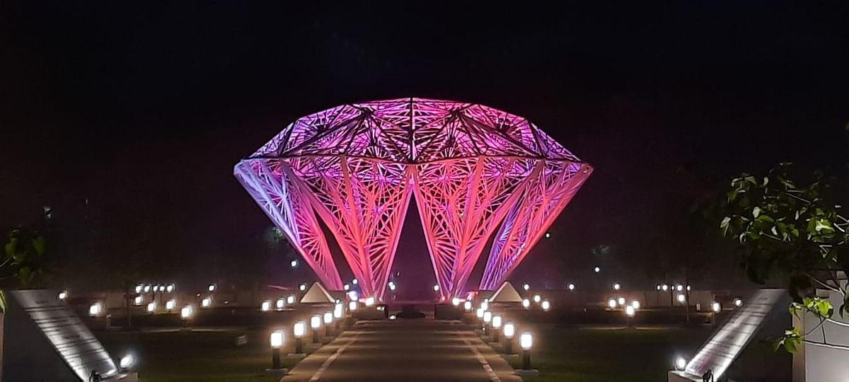 Jharkhand News : टाटा ग्रुप के संस्थापक जेएन टाटा की जयंती कल, रोशनी से जगमग हुआ जमशेदपुर, देखिए तस्वीरें