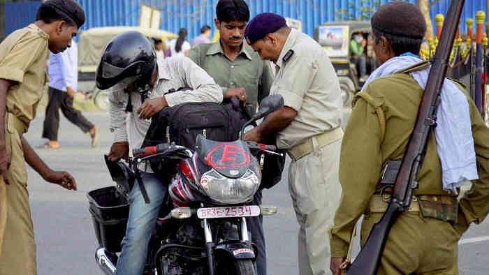 Patna News: पटना में बाइक-स्कूटी पर ट्रिपल लोडिंग तो खैर नहीं, चालान तो बाद में, पहले पुलिस करेगी ये काम