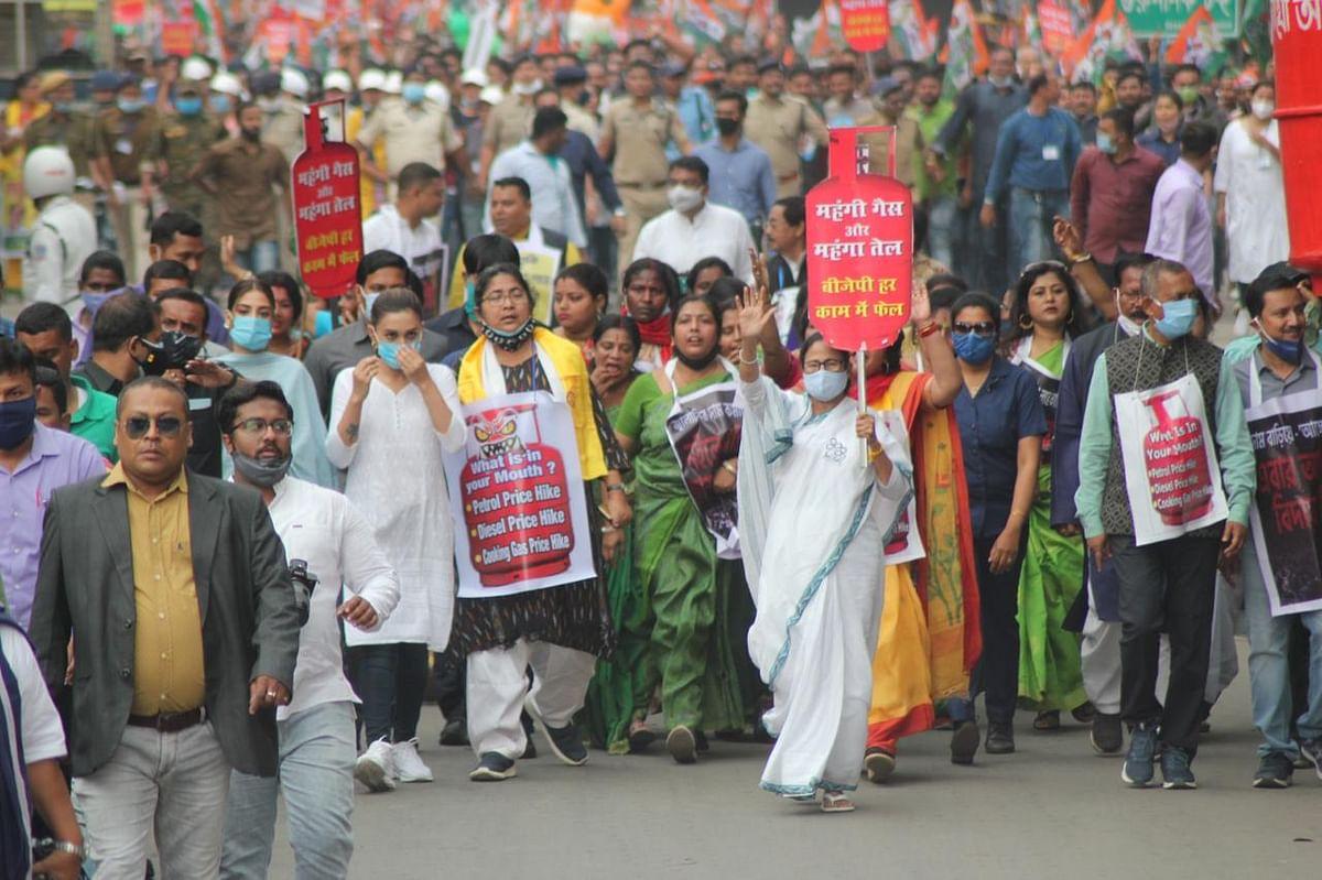 Bengal Election 2021: सिलीगुड़ी में ममता ने कियामेगा रोड शो, केंद्र की मोदी सरकार पर साधा निशाना