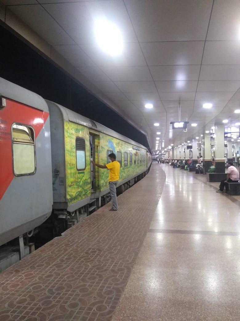 Holi 2021 Special Trains List : होली पर घर जाने वालों के लिए इंडियन रेलवे ने शुरू की 18 जोड़ी स्पेशल ट्रेन, देखें पूरी लिस्ट
